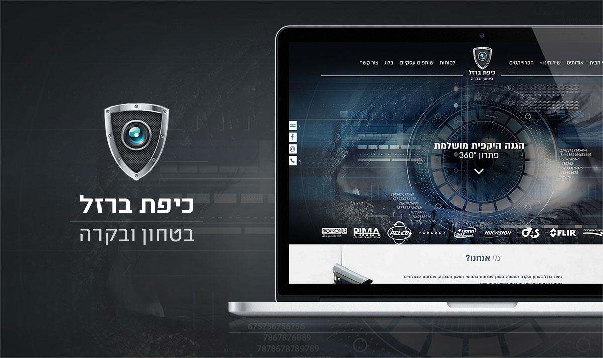 מסך לפטופ פתוח מציג אתר אינטרנט