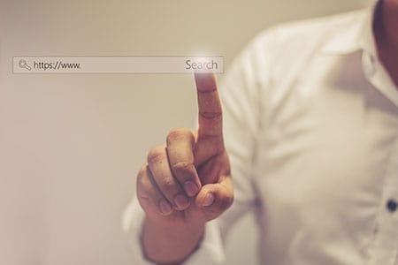 אצבע מצביעה על חיפוש
