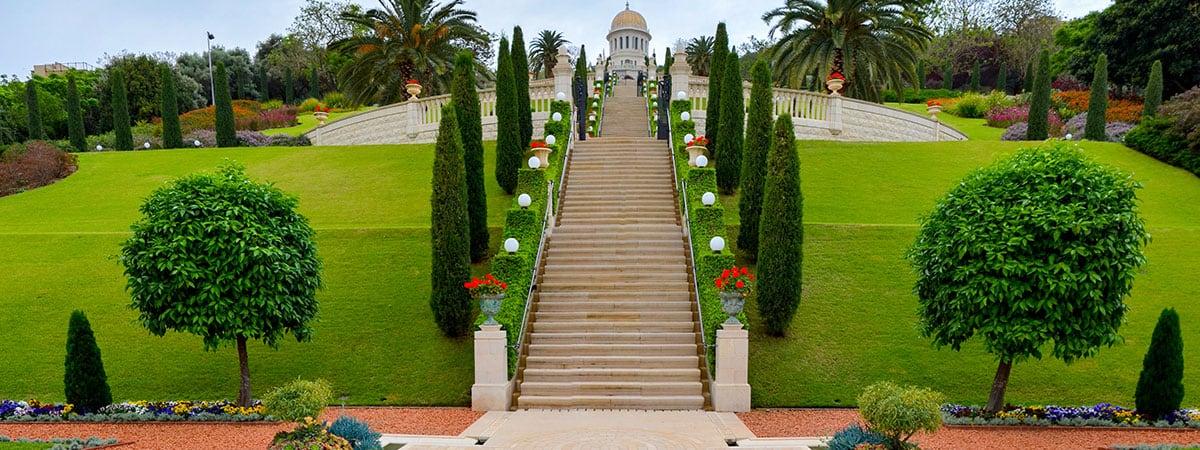 גן שיש בו עצים, מדשאות ומדרגות